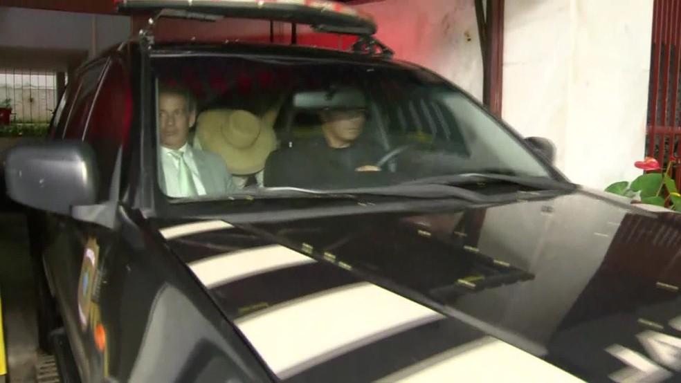 Daisy Tsezanas encobre o rosto com a ajuda de um chapéu (Foto: Felipe Azevedo/ TV Globo)