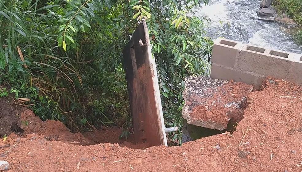 Lateral de ponte reformada cai um dia após obra ser liberada em Rio Claro.  — Foto: Arquivo pessoal