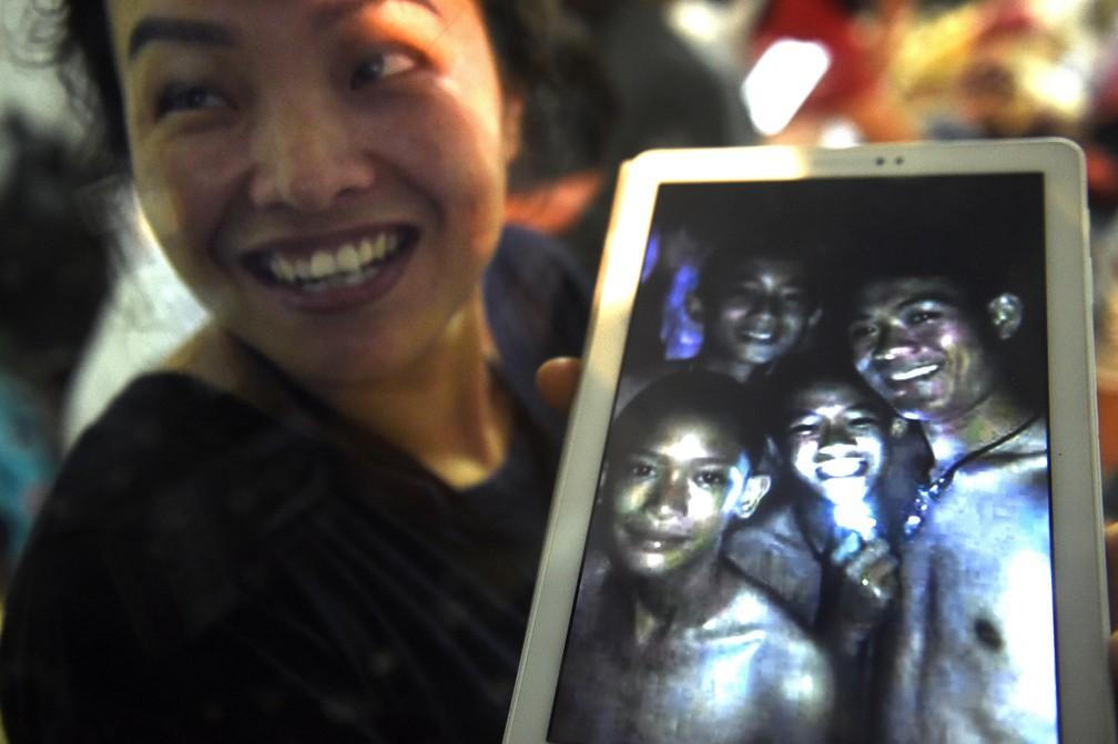 Familiar de um dos meninos presos em caverna na Tailândia mostra imagem de alguns dos garotos reunidos. Acredita-se que imagem tenha sido registrada em 2017. (Foto: LILLIAN SUWANRUMPHA / AFP)
