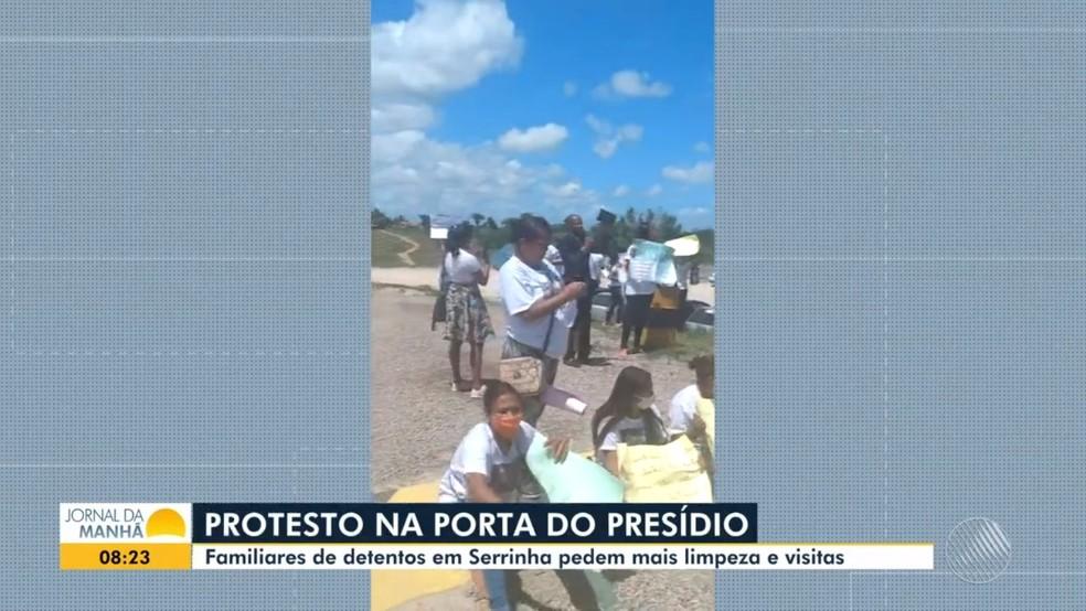 Familiares de detentos realizam protesto por melhorias no presídio de Serrinha  — Foto: Foto: Divulgação
