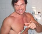 Ricardo Macchi em cena de 'Surferssauros tubarões de Copacabana' | Reprodução da internet