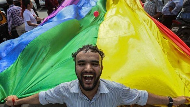 Estudos tentam entender a homofobia pelo prisma da psicologia, da cultura e da religião (Foto: EPA/BBC)