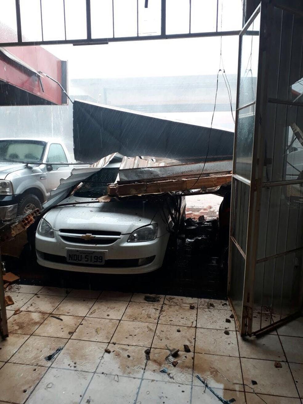 Vários telhados danificaram em temporal (Foto: Reprodução/WhatsApp)