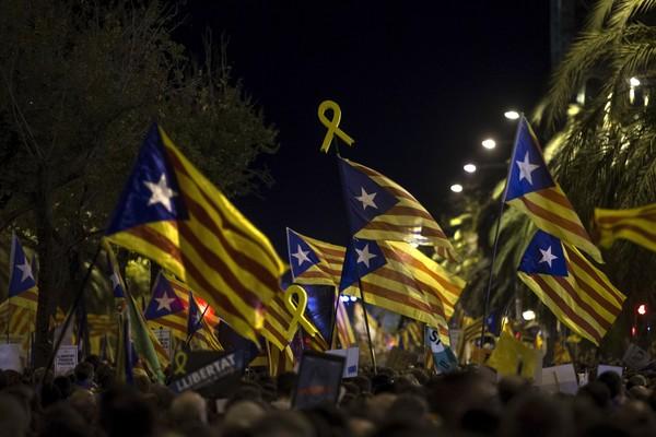 Um grupo de manifestantes separatistas com bandeiras da Catalunha (Foto: Getty Images)