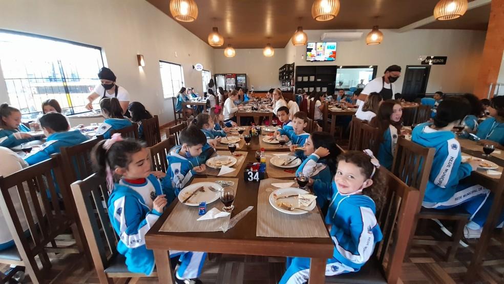 Estudantes e profissionais da escola da rifa da fazendinha na pizzaria — Foto: Escola Básica Municipal Bairro Bortolotto/Divulgação