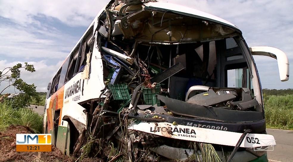 Ônibus ficou com a dianteira destruída após o acidente com caminhão na BR-135, em São Luís — Foto: Reprodução/TV Mirante