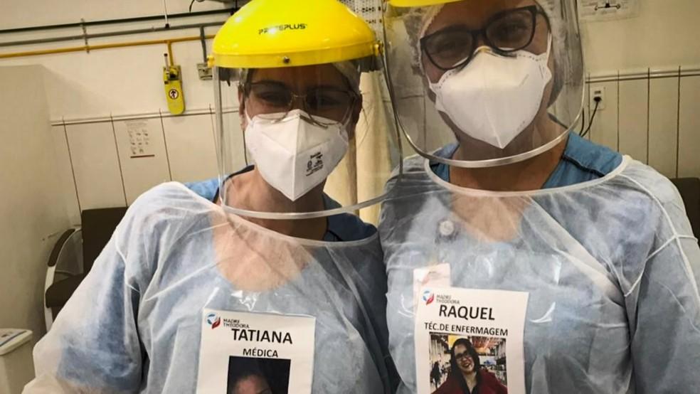 Profissionais de saúde usam fotos na roupa para atender pacientes em Campinas (SP) — Foto: Reprodução/EPTV