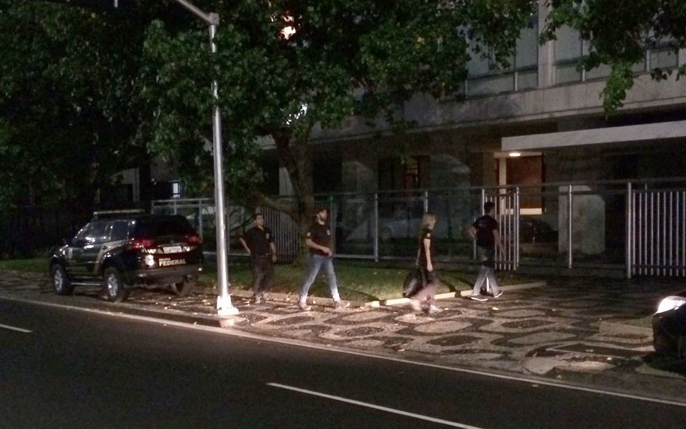 Agentes chegaram ao edifício de Marco Antônio pouco antes das 6h (Foto: Fernanda Rouvenat / G1)