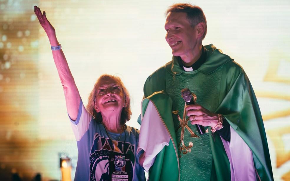 Tia Lolita ao lado do padre Marcelo Rossi durante edição do Hallel, em Franca, SP — Foto: Igor do Vale
