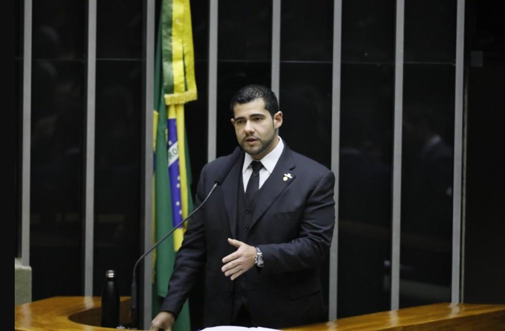 Deputado Alexandre Leite lê o relatório sobre o projeto que trata do porte de armas — Foto: Luis Macedo/Câmara dos Deputados