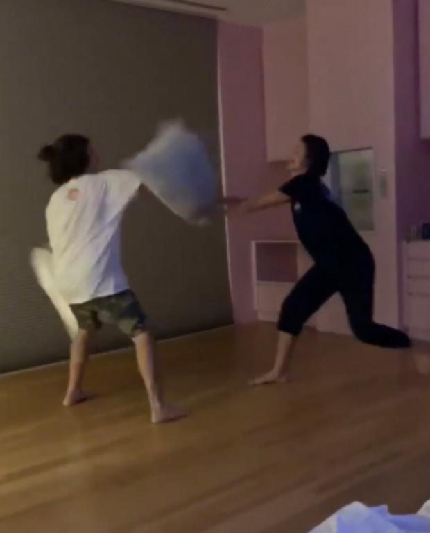 Bruna Marquezine faz luta de travesseiros com amigo; veja os vídeos