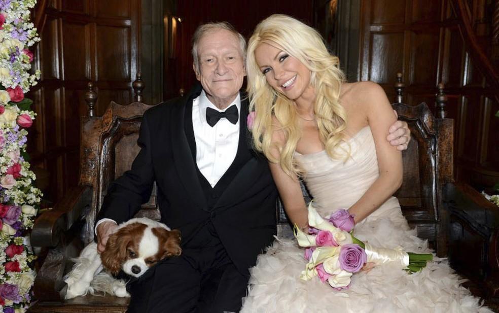 O fundador da 'Playboy', Hugh Hefner, posa com sua nova esposa, a coelhinha Crystal Harris, após o casamento celebrado na Mansão da Playboy, na Califórnia, no último dia de 2012. À esquerda, o cãozinho Charlie também aparece na foto. (Foto: Elayne Lodge / PEI / Reuter)