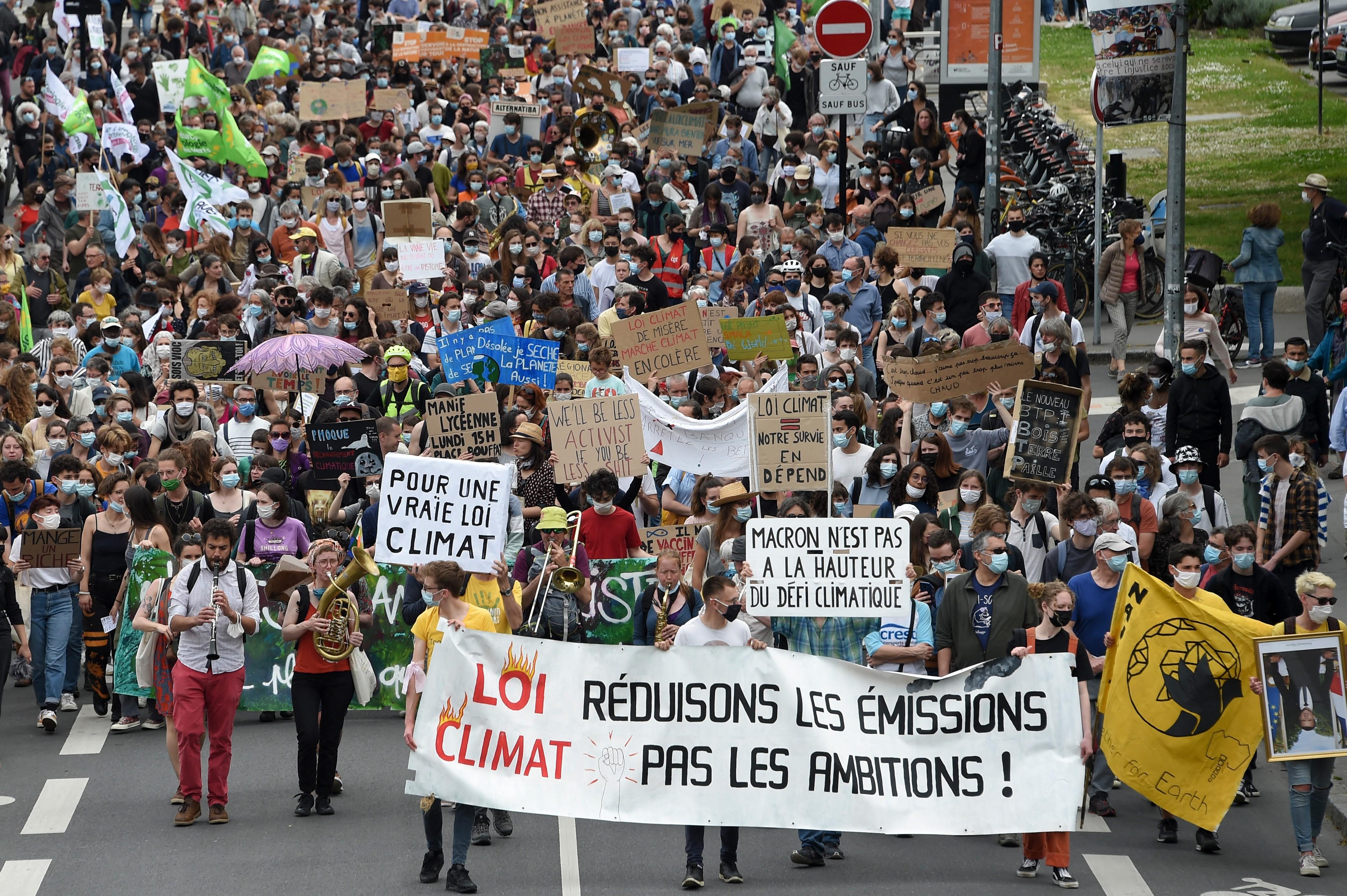 Franceses vão às ruas para pedir que proteção do clima faça parte da Constituição