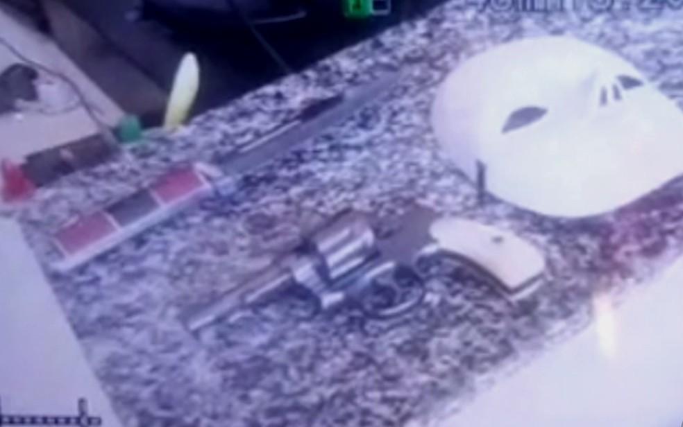 Polícia diz que jovem armado  usou máscara para invadir escola em Alexânia, Goiás, e matar aluna (Foto: Reprodução/TV Anhanguera)
