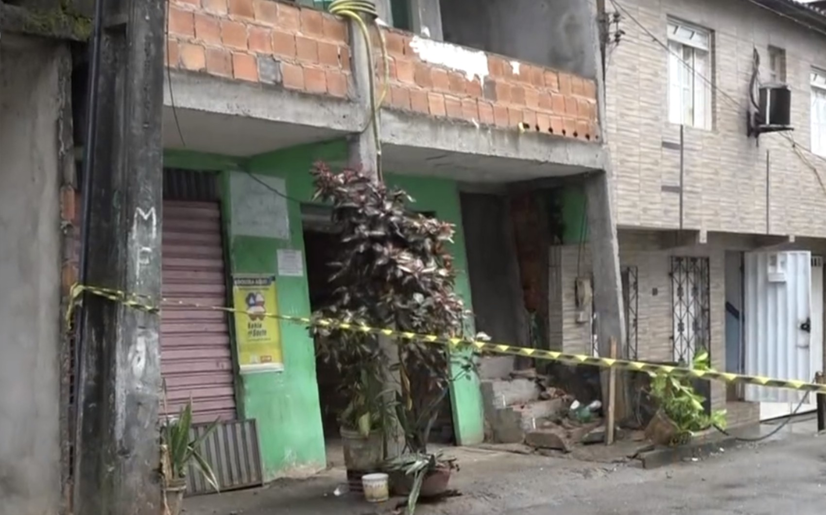 Garota de dois anos é arremessada do 1º andar após estrutura de prédio desabar em Salvador