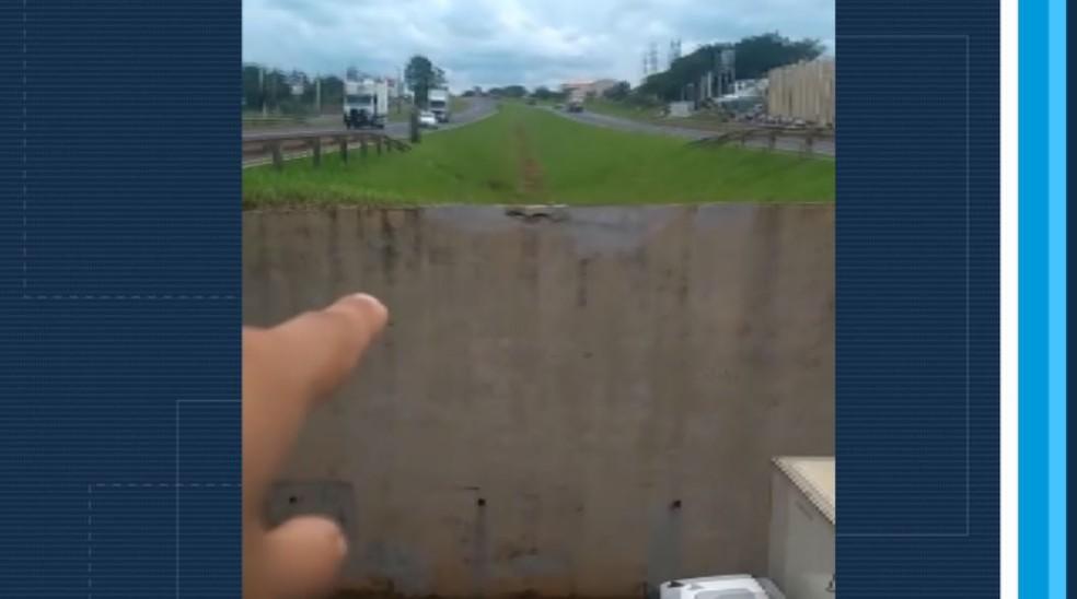 Motorista impressionado mostra local de onde caminhonete decolou na Rodovia Anhanguera, em Orlândia, SP — Foto: Reprodução/EPTV