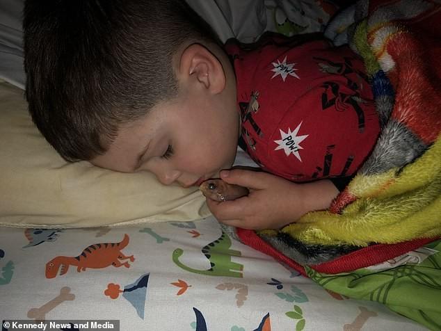 Criança tira peixe do aquário para dormir com ele (Foto: Reprodução Facebook)