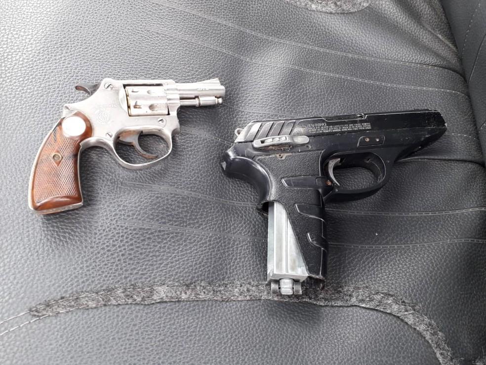 Polícia apreendeu uma arma e um simulacro com suspeitos — Foto: Divulgação/Polícia Militar