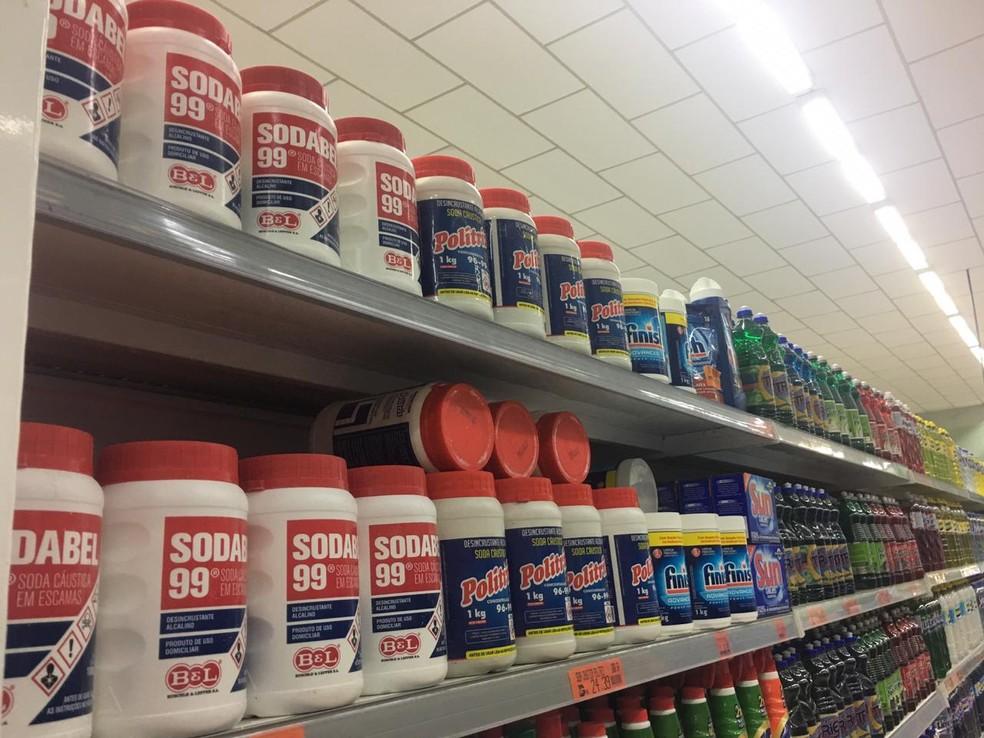 Produto químico é facilmente encontrado nos supermercados e comércios.  — Foto: Mayara Subtil/G1