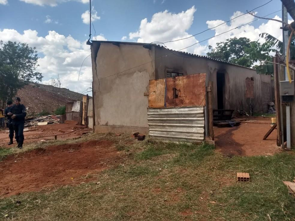 Residência do casal, no bairro Jardim Noroeste, ficou parcialmente destruída — Foto: João Pedro Godoy/G1MS