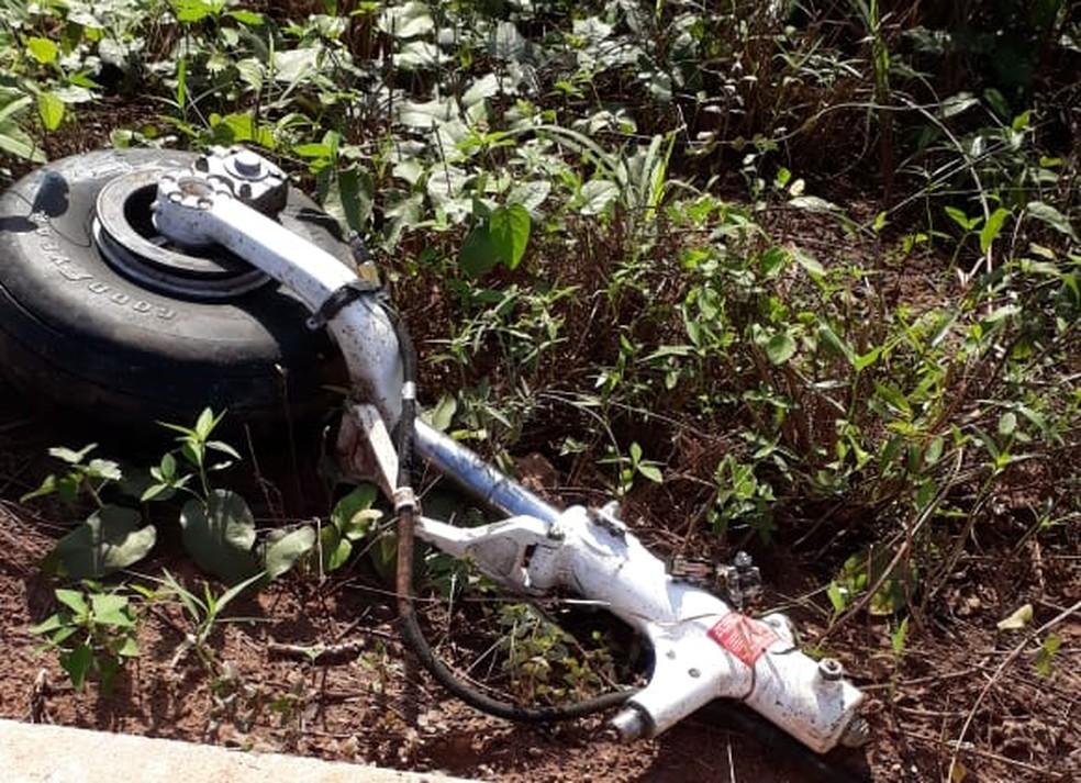Partes de aeronave ficaram espalhadas na rodovia — Foto: PM-MT/ Divulgação
