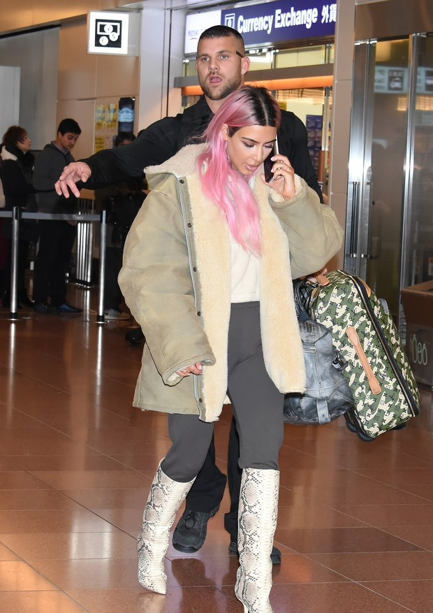 Tokyo, JAPAN  - Kim Kardashian, Kourtney Kardashian and Khloe Kardashian touch down in Tokyo. In spite of hours delay from the long flight from LAX, the sisters greet hardcore fans at the airport. They will shoot their reality show during their stay in Ja (Foto: KABUKI / BACKGRID)