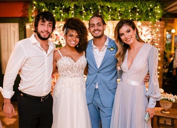 Os noivos entre o casal Bruna Hamú e Diego Moregola (Foto: Flor Azul Fotografia)