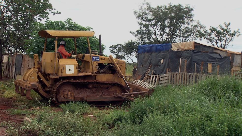 Trator derruba construção em invasão no DF — Foto: TV Globo/Reprodução