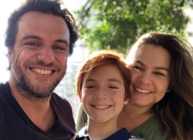 Rodrigo Lombardi com o filho, Rafael, e a mulher, Betty Baumgarten (Foto: Reprodução Instagram)