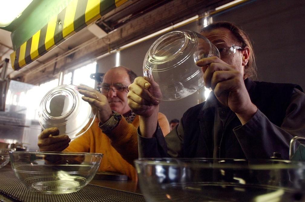 Duralex: Trabalhadores verificam a qualidade de fabricação de uma tigela em 22 de dezembro de 2005 na fábrica da Duralex em La Chapelle Saint-Mesmin, perto de Orléans — Foto: Alain Jocard/AFP/Arquivo