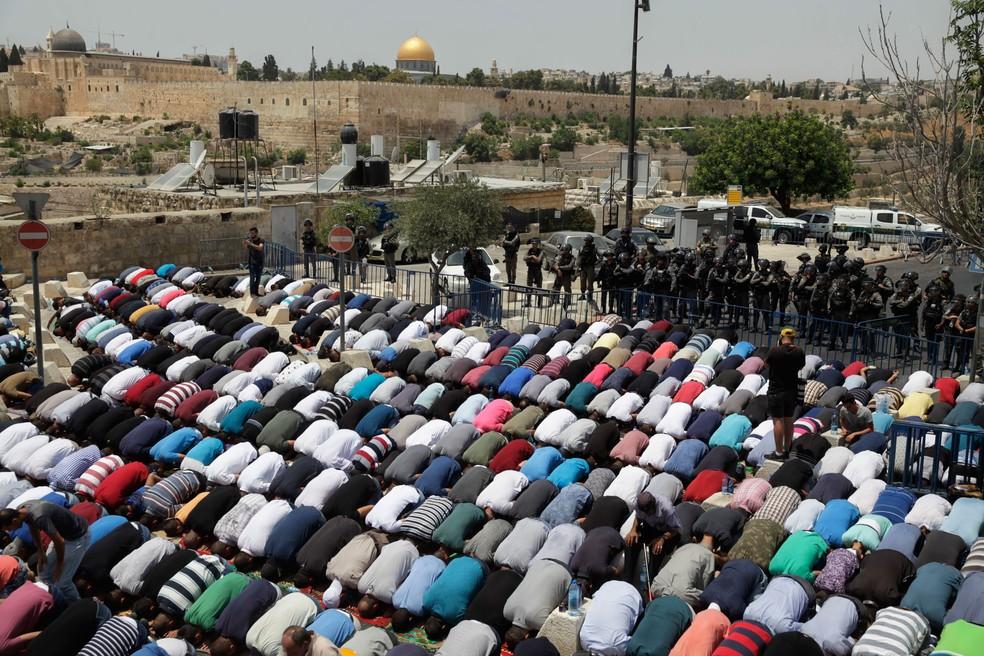 Palestinos rezam do lado de fora da Cidade Velha de Jerusalém após restrição imposta por Israel para muçulmanos com menos de 50 anos  (Foto: Mahmoud Illean/ AP)