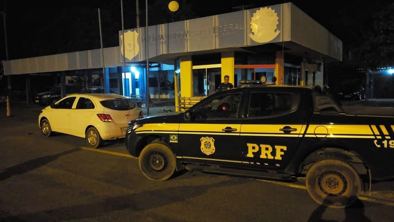 PRF apreende carro clonado e 50 kg de maconha após motorista furar bloqueio em rodovia  - Notícias - Plantão Diário