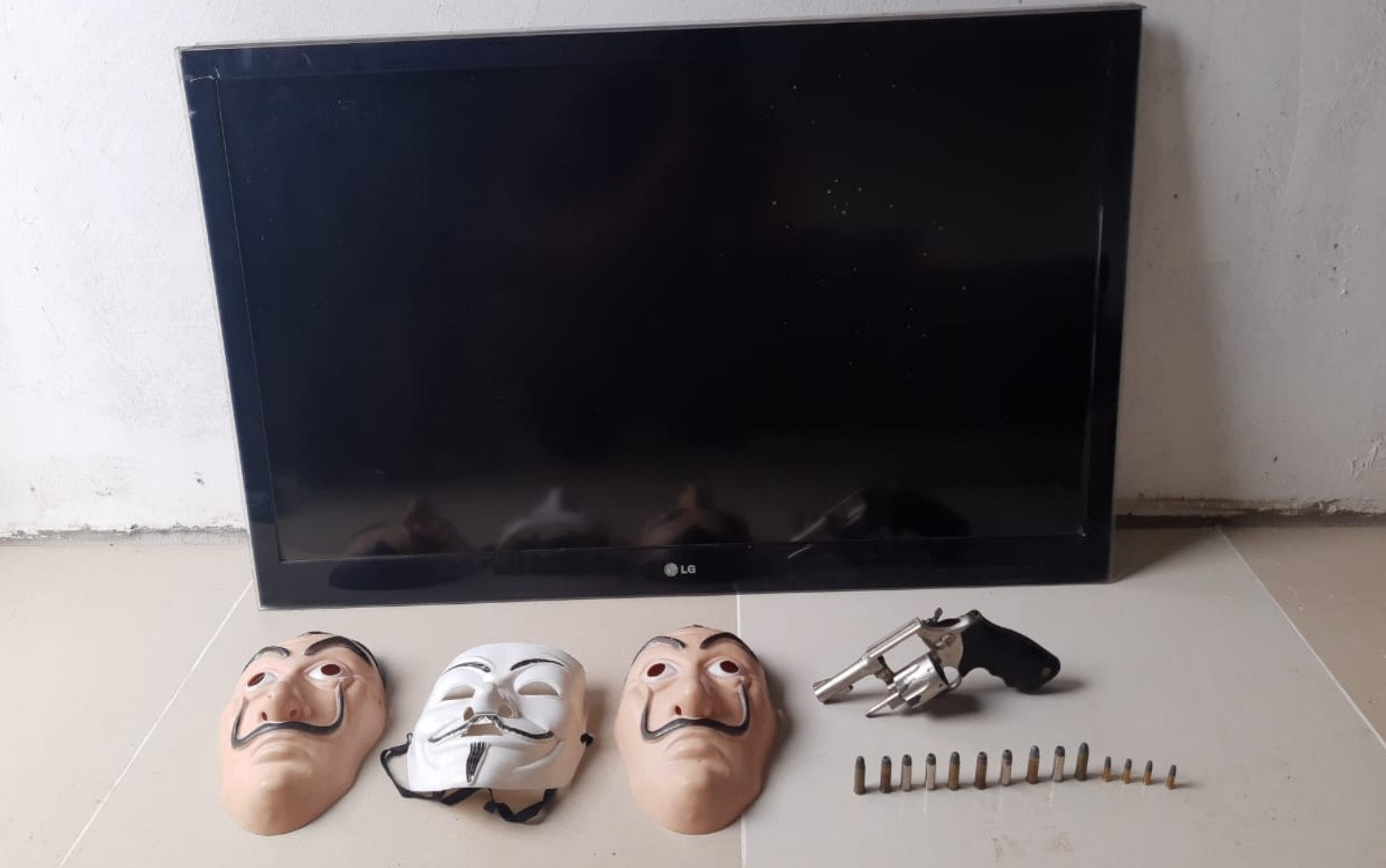 Homem é preso suspeito de usar máscaras de personagens famosos durante roubos, em Anápolis