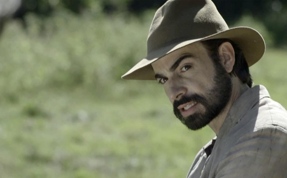 Virgílio voltou para mais armações, mas não consegue deixar de avisar sua família — Foto: TV Globo