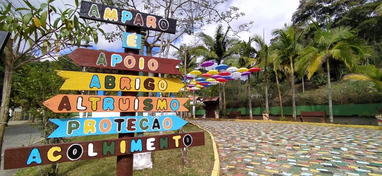 Iniciativa de moradores leva cores ao distrito de Amparo, em Nova Friburgo, RJ, e atrai turistas
