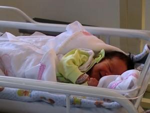Bebê Endriel nasceu saudável com a ajuda da equipe de bombeiros (Foto: Reprodução/RBS TV)