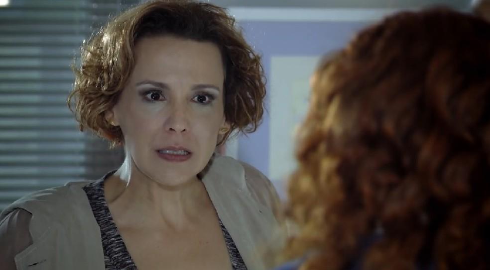 Eva (Ana Beatriz Nogueira) arma climão com Rodrigo e Nanda em 'A Vida da Gente' — Foto: Globo
