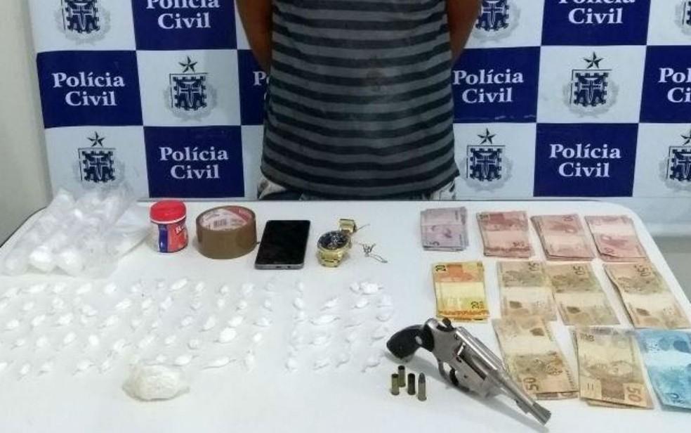 Arma, dinheiro e drogas foram apreendidas (Foto: Divulgação/Polícia Civil)