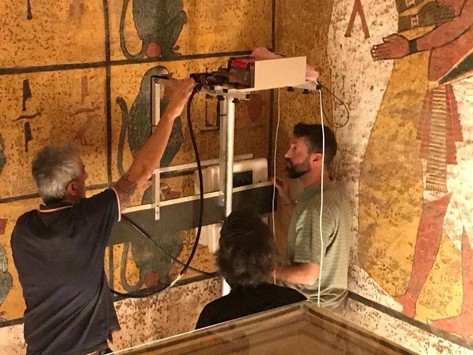 Arqueólogos escaneando as paredes da tumba de Tutancâmon (Foto: Reprodução/Facebook)