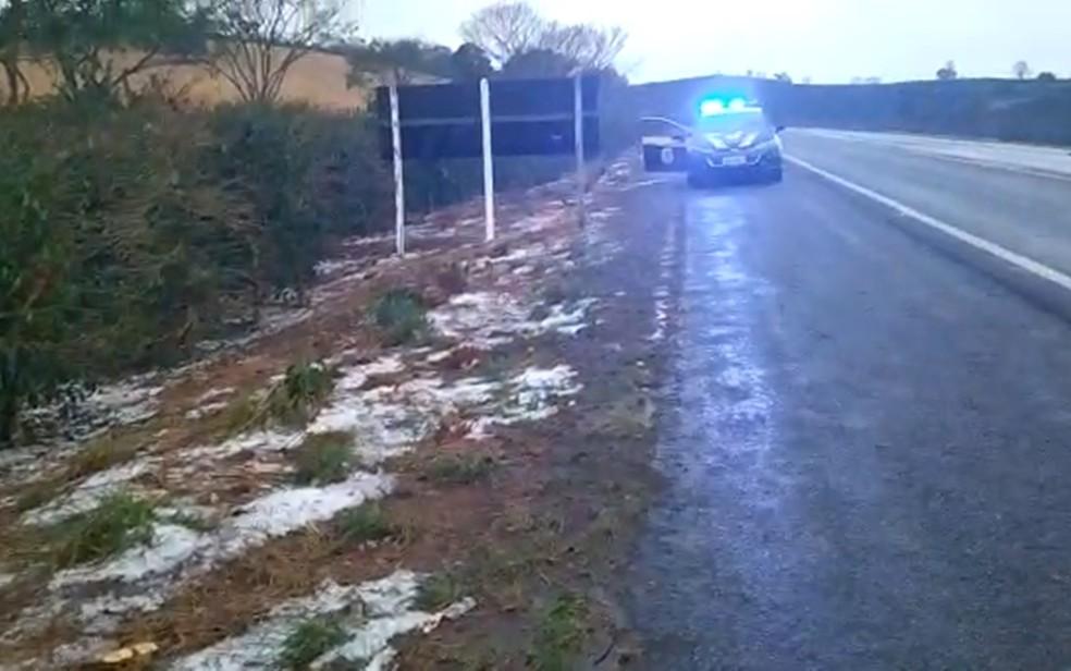 Moradores registram chuva de granizo em cidades do Sul de Minas — Foto: Polícia Rodoviária Federal