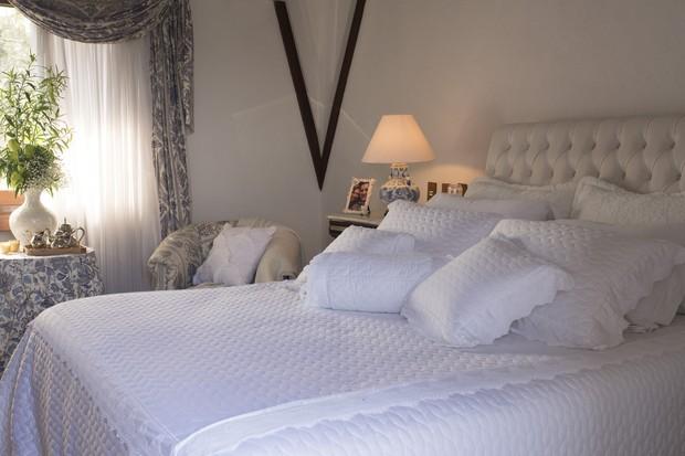 Todo branco, o jogo de cama Carmel, à venda na Camicado, veste a cama da suíte principal (Foto: Divulgação)
