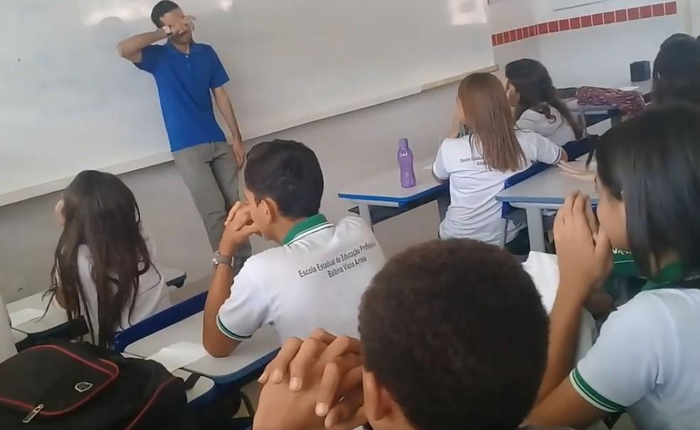 Professor Bruno Rafael recebe homenagem na Escola Estadual de Ensino Profissional Balbina Viana Arrais, em Brejo Santo, no Ceará. (Foto: Reprodução)