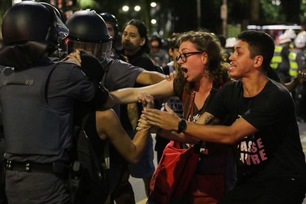 Manifestantes durante ato contra o aumento das passagens do transporte público em São Paulo — Foto: Paulo Guereta/Agência O Dia/Estadão Conteúdo