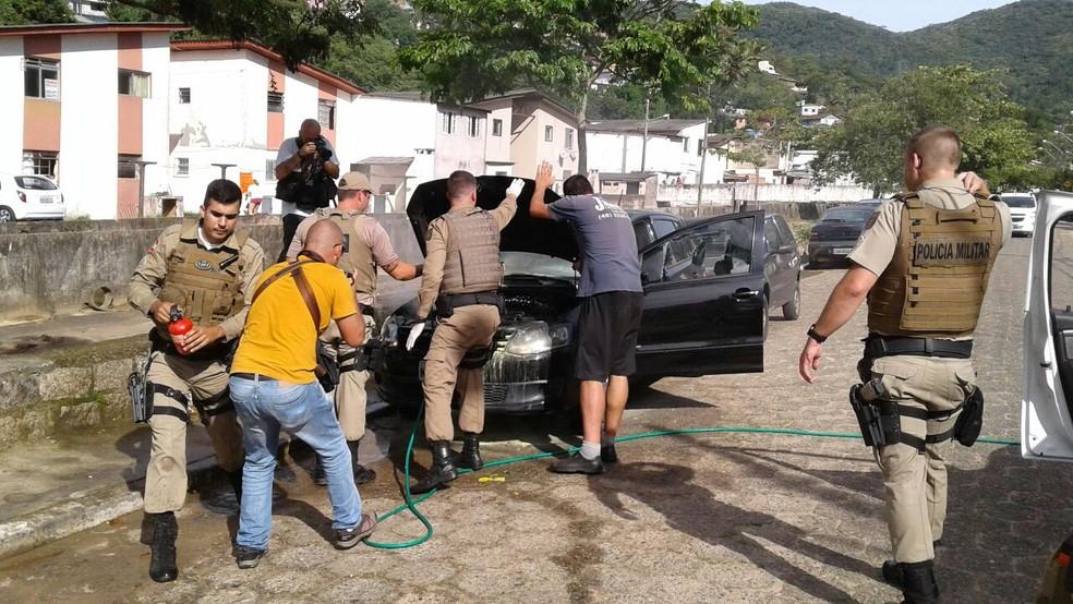 Carro é incendiado em Florianópolis, no bairro Saco Grande, na tarde desta terça-feira (20). (Foto: Júlio Ettore/NSC TV)