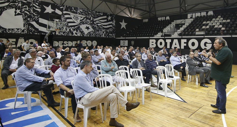 Carlos Augusto Montenegro em conversa com conselheiros sobre a S/A em 2019 — Foto: Vitor Silva/Botafogo