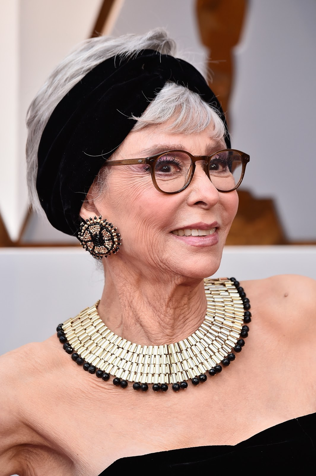 Detalhe do look de Rita Moreno (Foto: getty)