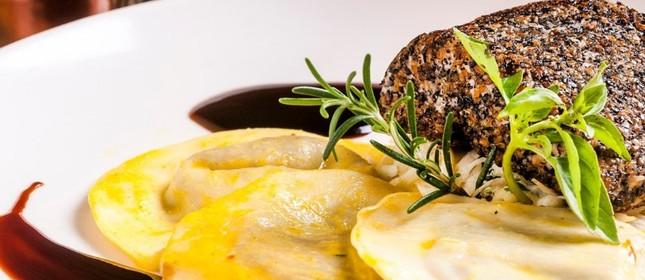 Namorado empanado em farinha de castanha ao molho oriental acompanhado de tortelli de queijo com pistache