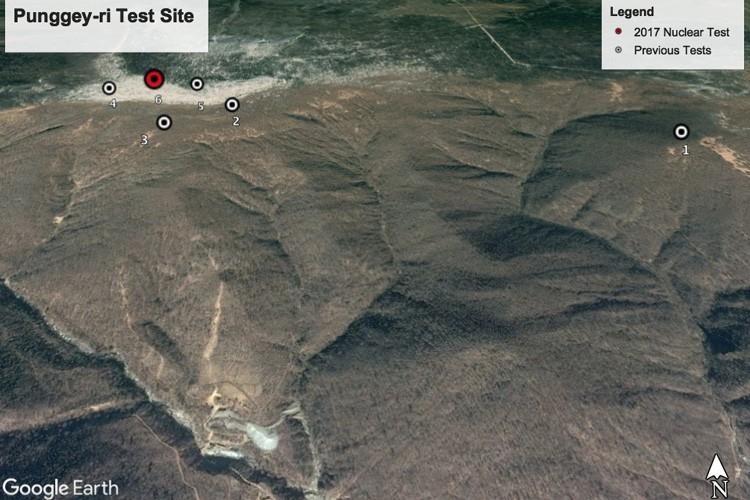 O monte Mantap com a localização dos seis testes nucleares. Em vermelho, o realizado em setembro.  (Foto: Google Earth)