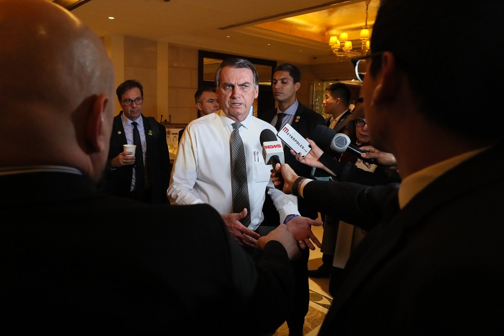 O presidente Jair Bolsonaro falou com jornalistas no hotel em que estava hospedado, em Pequim, antes de viajar para Abu Dhabi, nos Emirados Árabes — Foto: Isac Nóbrega/PR