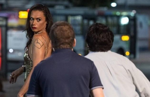 Para Mariana Xavier, a cena mais emociante é aquela em que Biga, sua personagem, presencia uma agressão a Nonato: 'Gravamos no calçadão do Leme. Imaginei aquela situação acontecendo na realidade' (Foto: Reprodução)